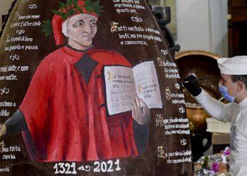 Pasticciere decora un maxi uovo di Pasqua con Dante Alighieri