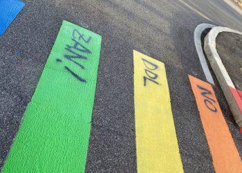 Strisce pedonali arcobaleno con scritta contro il ddl Zan