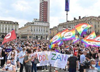 Un momento della manifestazione Pride 'Per la legge Zan e molto di più: non un passo indietro', a Torino, 5 giugno 2021