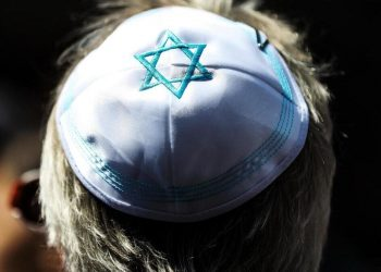 Un ebreo osservante veste la kippah in Germania