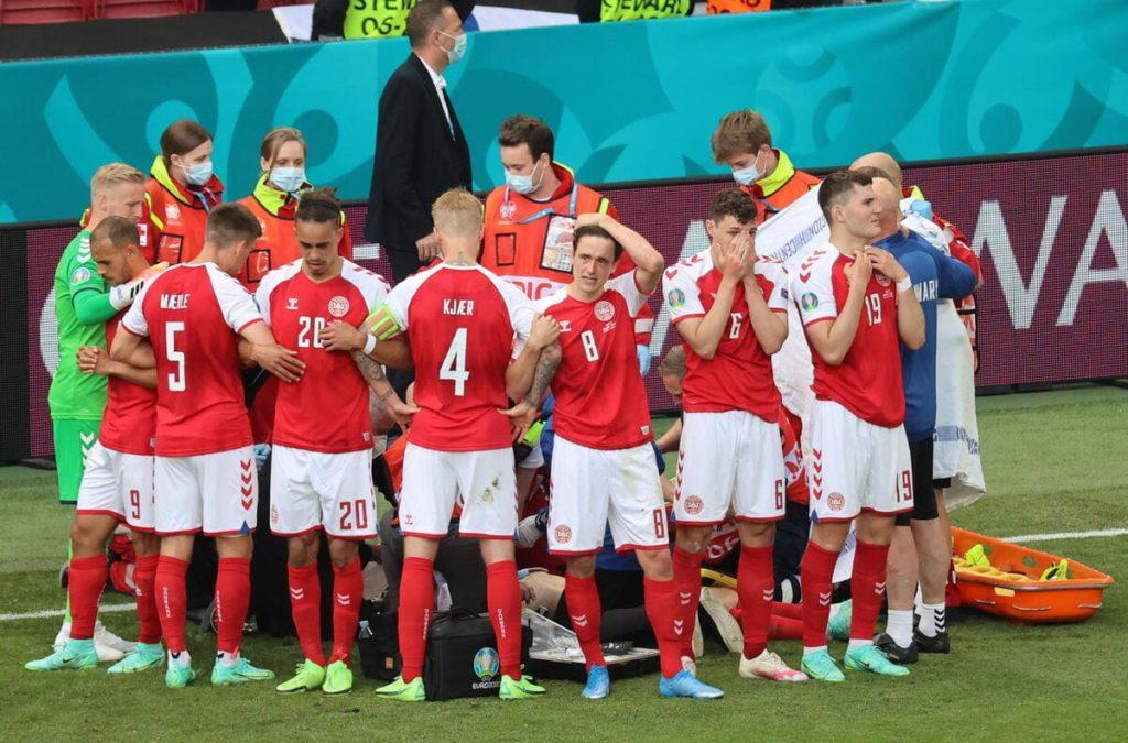 Christian Eriksen, il giocatore della Danimarca soccorso durante la partita con la Finlandia agli Europei di calcio