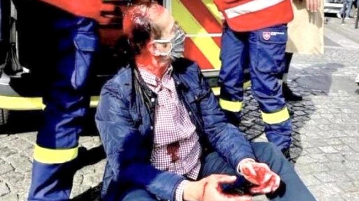 """Un cattolico ferito dagli """"antifascisti"""" in Francia durante la processione di sabato in onore dei martiri della Comune di Parigi"""