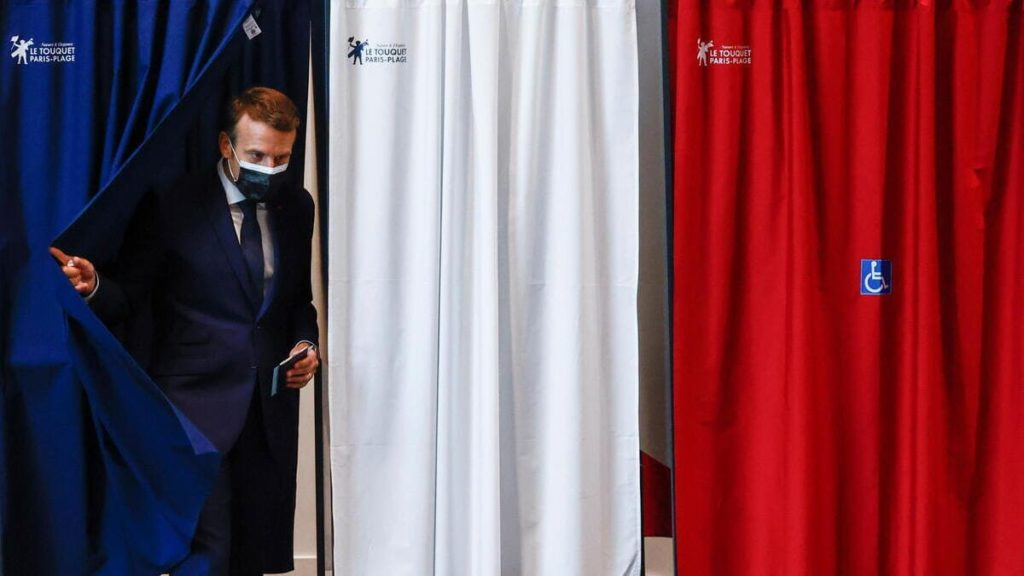 Emmanuel Macron, presidente della Francia, esce dall'urna