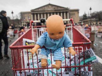 """Protesta contro la """"Pma per tutte"""" e l'utero in affitto in Francia"""
