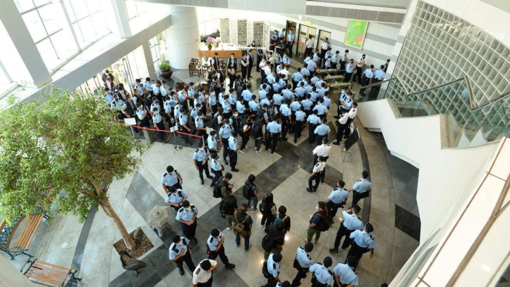 Un ingente numero di forze di polizia fa irruzione nella sede dell'Apple Daily a Hong Kong