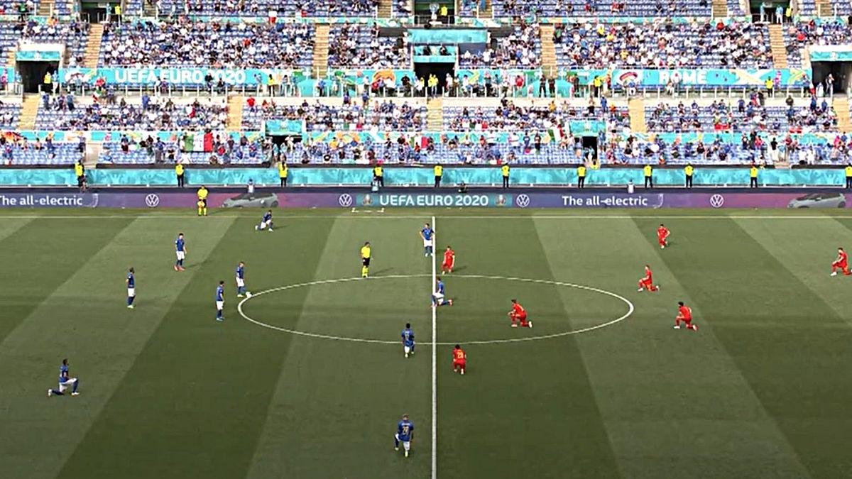 I giocatori in ginocchio prima di Italia-Galles a Euro 2020