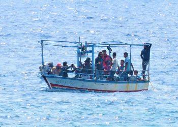 Una scialuppa di migranti al largo di Lampedusa nel Mediterraneo