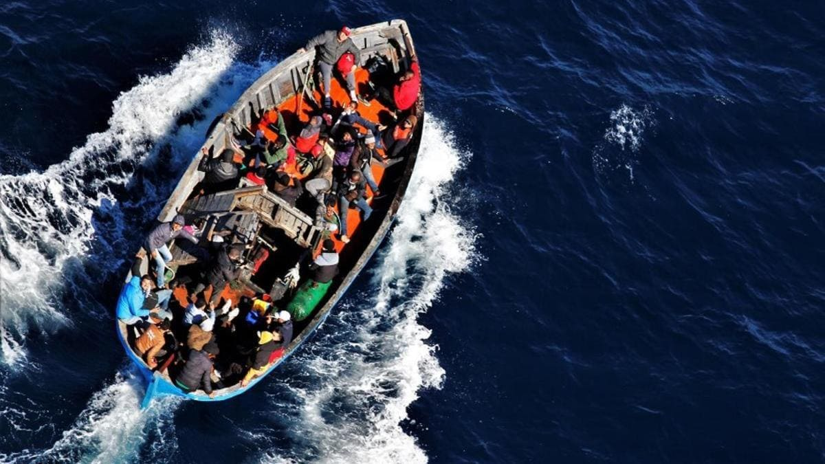 Un barcone di migranti diretto a Lampedusa