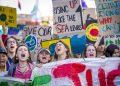 Studenti in sciopero urlano slogan contro il cambiamento climatico a Maastricht in Olanda