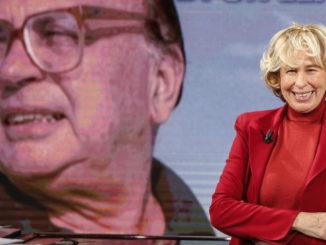 Stefania Craxi con il volto di suo padre Bettino sullo sfondo
