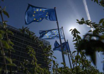 Bandiere dell'Europa all'esterno della sede della Commissione Ue a Bruxelles