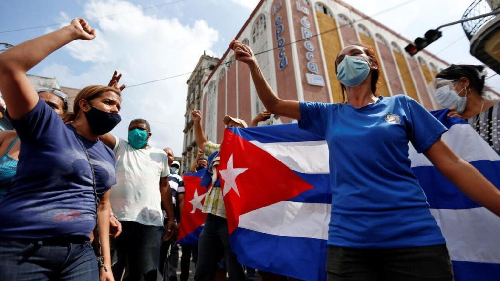 La popolazione protesta contro il regime comunista a L'Avana, Cuba