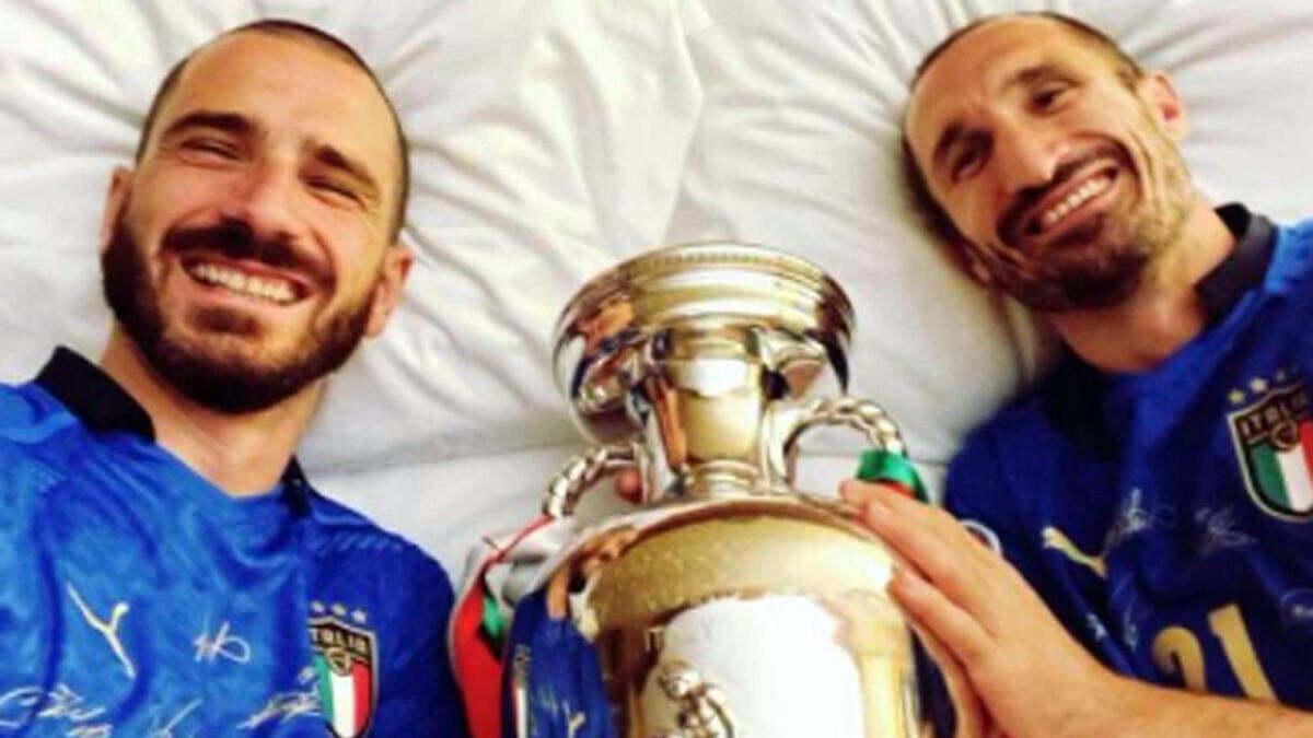 Italia campione d'Europa, Leonardo Bonucci pubblica sul suo profilo Instagram una foto con Giorgio Chiellini e la coppa. «Tranquilli, dorme al sicuro: la proteggiamo noi»