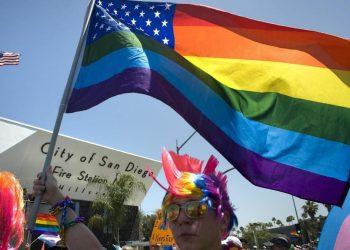 California, al Pride di San Diego sventola la bandiera americana arcobaleno