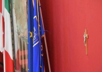 crocifisso appeso su una parete dell'aula del Consiglio comunale di Genova parete de
