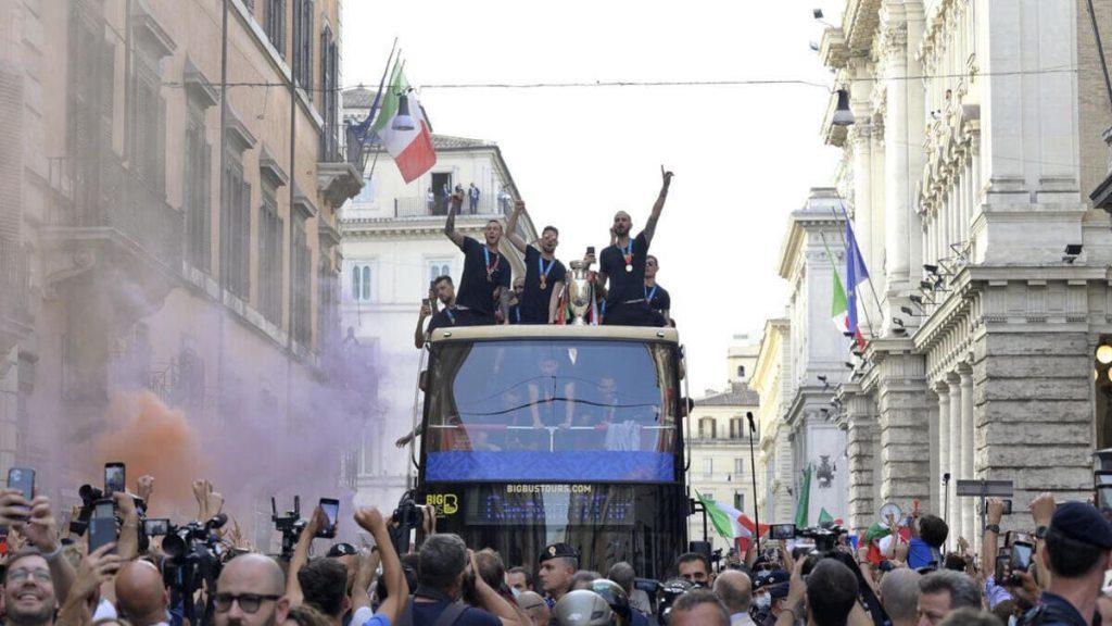 La nazionale di calcio italiana sfila a Roma con la coppa di Euro 2020