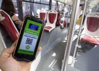 Green pass, il governo lavora alla mediazione sull'obbligo nei bar e nei trasporti