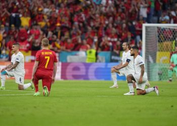 Europei di calcio, quarti di finale. Giocatori di Belgio e Italia inginocchiati prima del fischio d'inizio