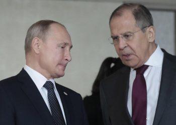 Il presidente della Russia Vladimir Putin e il ministro degli Esteri Sergei Lavrov
