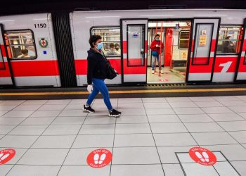 Covid, donna con mascherina nella metropolitana di Milano