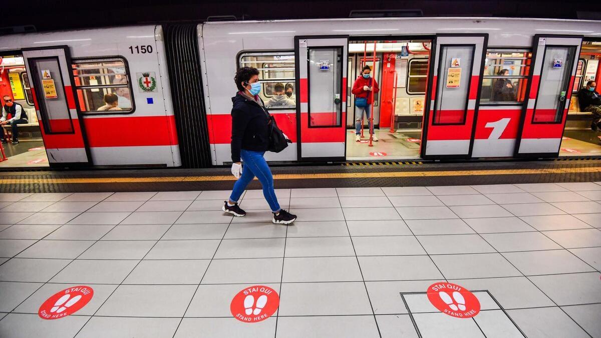 Covid, donna con mascherina nella metropolitana di Roma