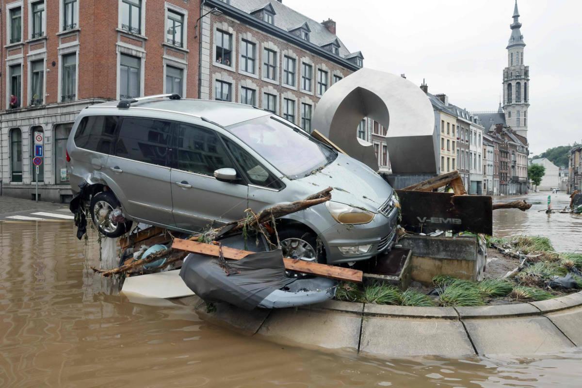 Un'auto schiantata su una rotonda dall'inondazione dovuta al maltempo a Verviers in Belgio