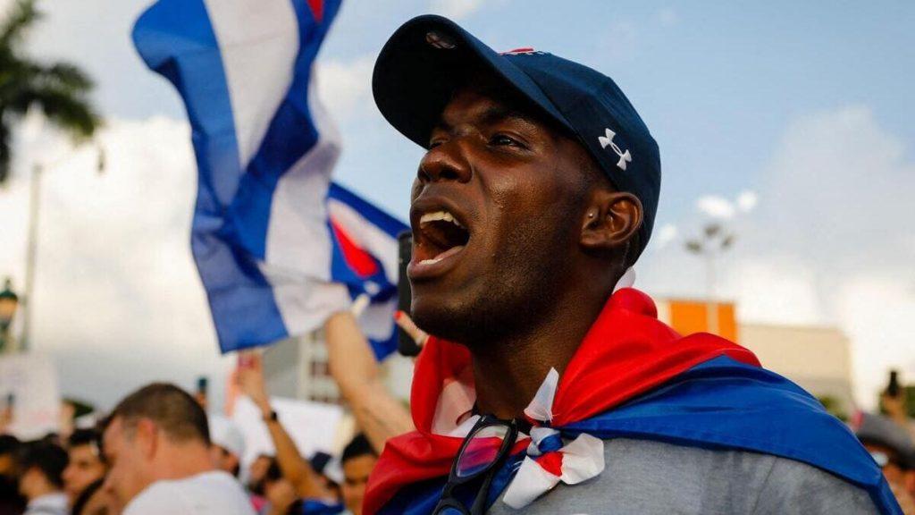 Un nero protesta a Cuba contro il regime comunista