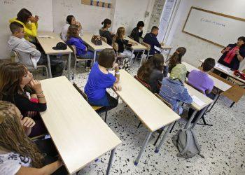 un aula di scuola con insegnate e alunni