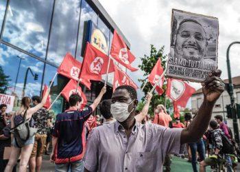 Manifestazione Cobas di fronte a un negozio Lidl dopo la morte di Adil Belakhdim, Torino, 24 giugno 2021