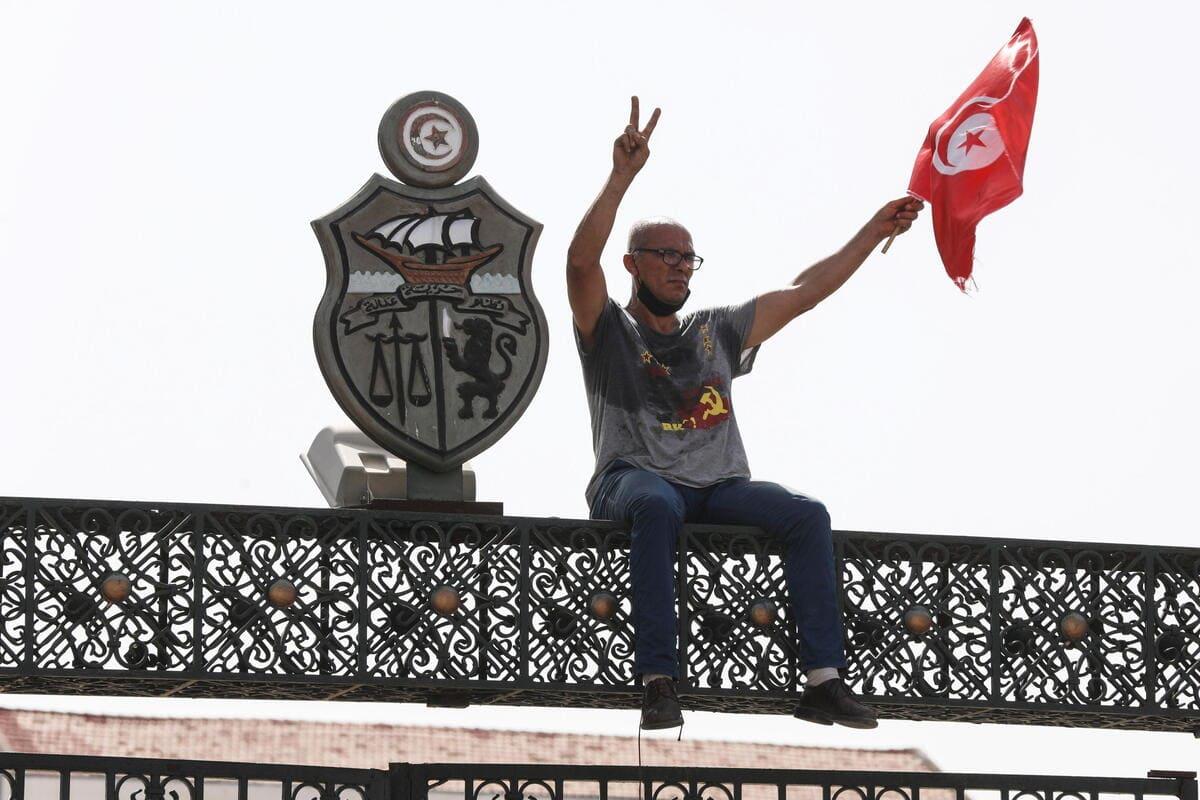 Un manifestante tunisino protesta davanti al Parlamento di Tunisi