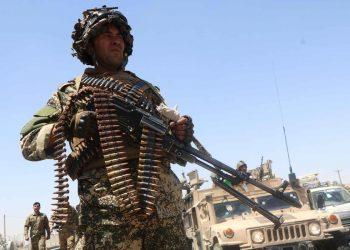 Afghanistan, un soldato impugna un fucile