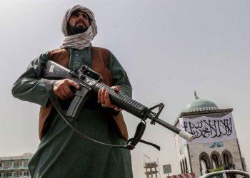 Un soldato dei talebani controlla il centro di Kandahar in Afghanistan