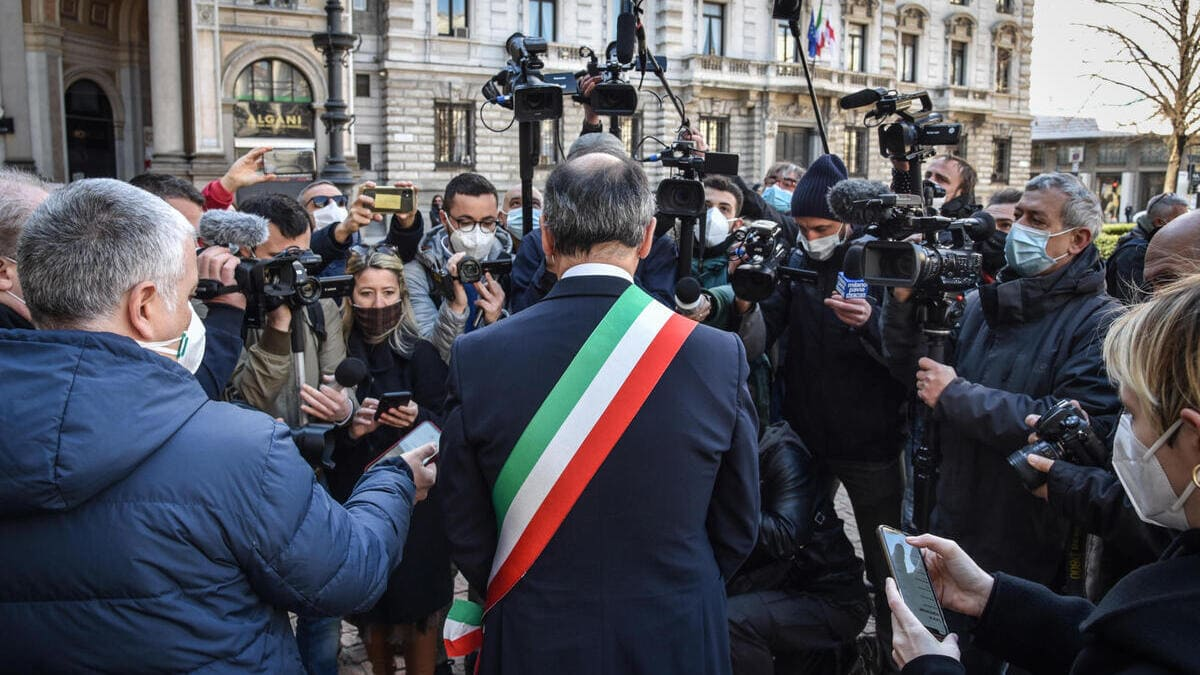 Beppe Sala, sindaco di Milano, accerchiato dai giornalisti