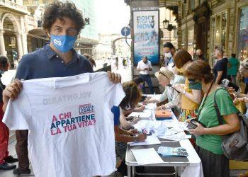 Marco Cappato durante la raccolta firme per il referendum sull'eutanasia (foto Ansa)