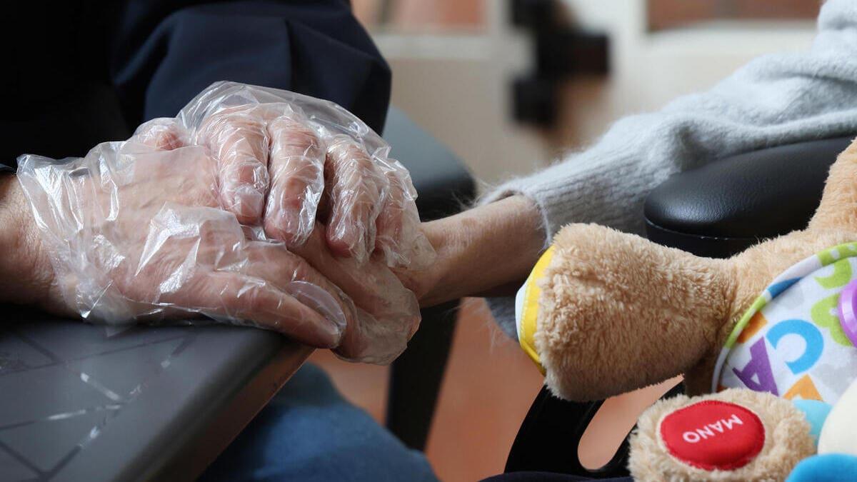 Un infermiere si prende cura di un'anziana in una Rsa