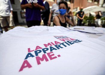 La raccolta firme per il referendum sull'eutanasia legale a Roma