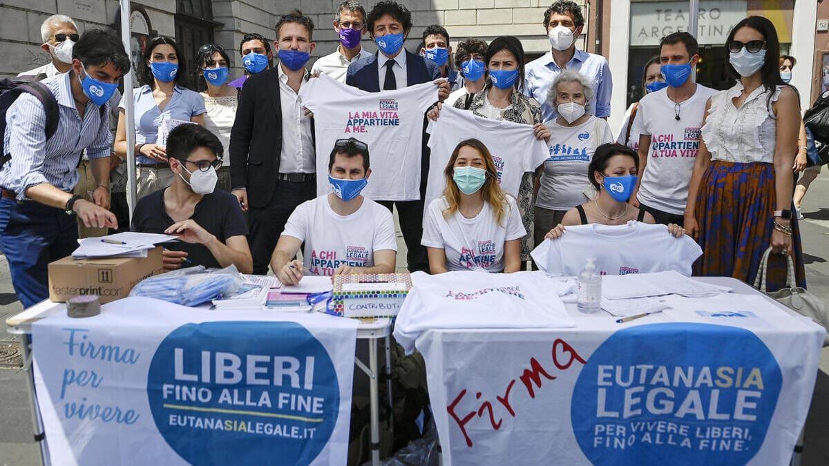 La raccolta firme per il referendum sull'eutanasia legale organizzata dall'Associazione Luca Coscioni a Roma