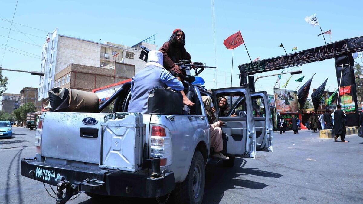Una pattuglia armata dei talebani controlla le strade di Herat, in Afghanistan