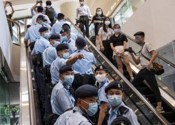 La polizia di Hong Kong si reca in tribunale per assistere al primo verdetto sulla base della legge sulla sicurezza nazionale