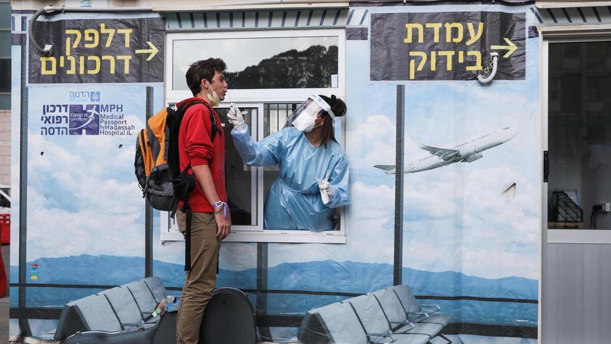 Un giovane effettua un tampone all'aeroporto in Israele