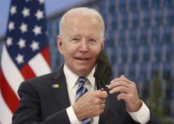 Joe Biden, presidente degli Stati Uniti, si toglie la mascherina al vertice Nato