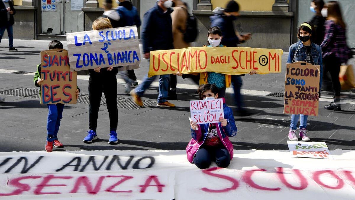 Una delle tante manifestazioni a Napoli contro la rinnovata chiusura delle scuole in Campaniadecisa a marzo scorso dal governatore De Luca