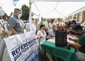 A un gazebo della Lega a Roma vengono raccolte firme per i referendum sulla giustizia