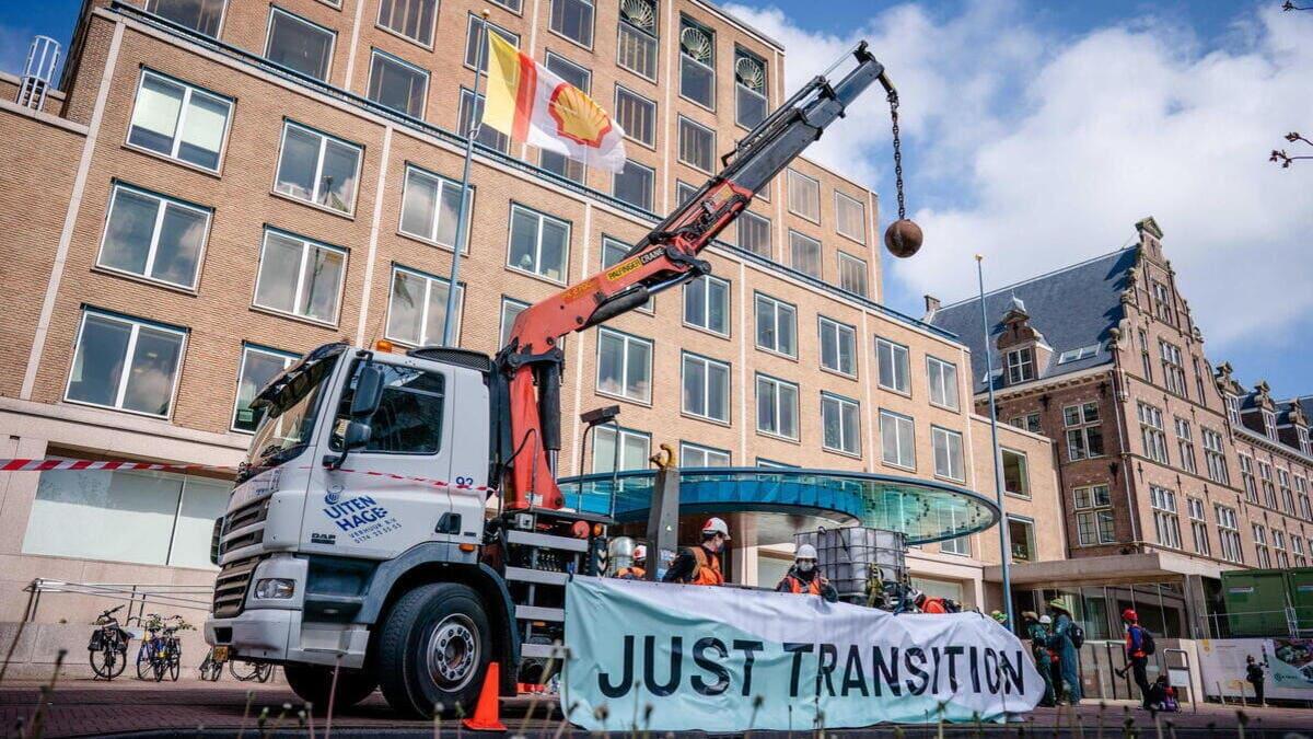 Dimostrazione ambientalista contro la sede di Shell all'Aia