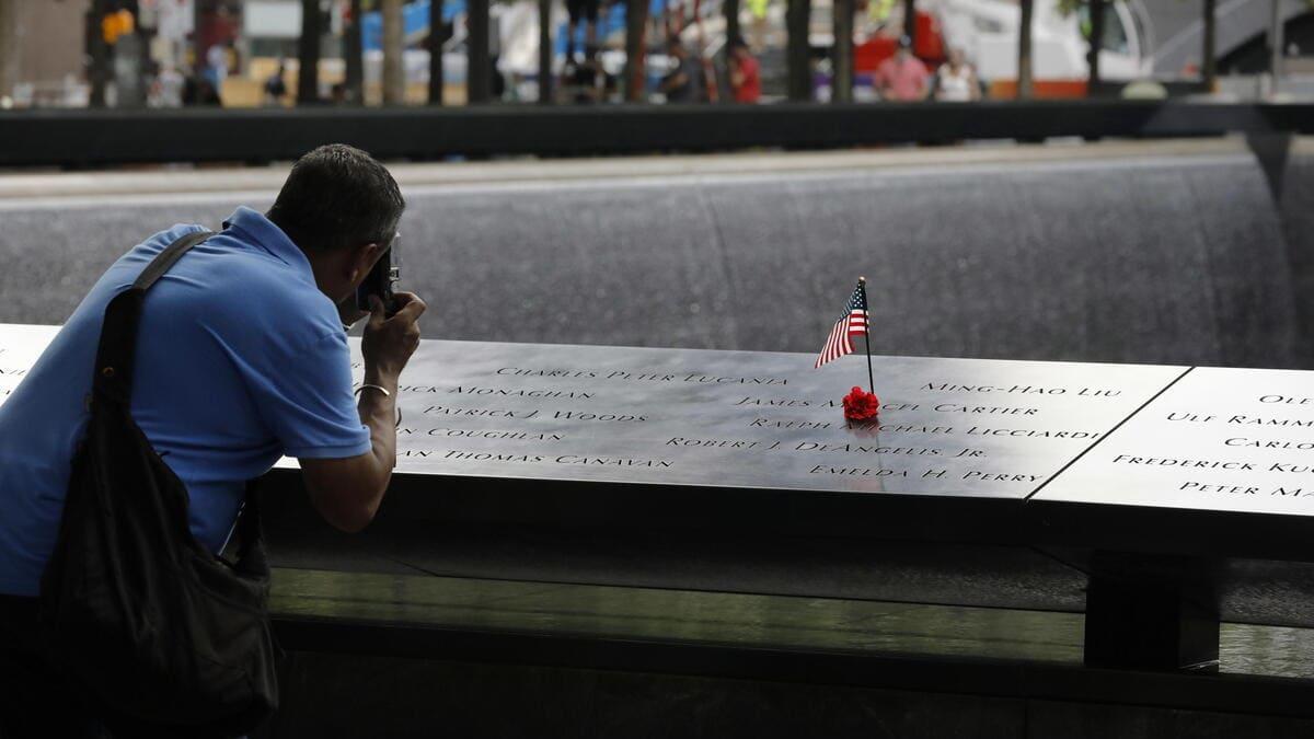 New York, un uomo fotografa il memoriale delle vittime dell'11 settembre