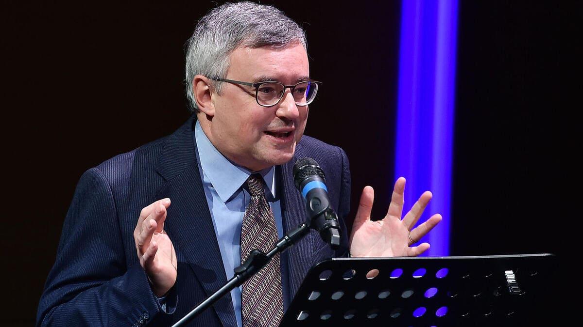 Alessandro Barbero tiene una lezione di storia durante un evento pubblico a Torino nel 2020