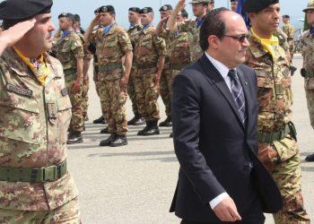 Michael Giffoni nel 2011 con i militari italiani a Belo Polje, in Kosovo (foto Ansa)