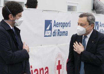Il ministro della Salute, Roberto Speranza, e il premier Mario Draghi (Ansa)
