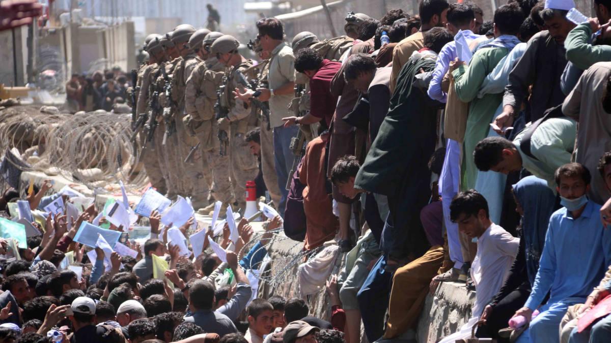 Folla all'aeroporto di Kabul