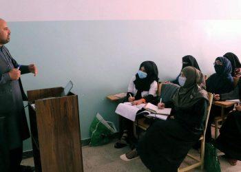 Donne studiano separate dagli uomini in Afghanistan a causa dei talebani